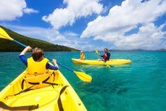 Família que kayaking no oceano tropical imagens de stock royalty free