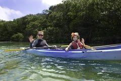 Família que Kayaking nos manguezais Foto de Stock