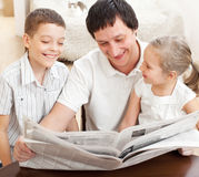 Família que lê um jornal fotos de stock royalty free