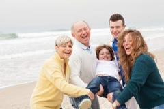 Família que levanta no fundo da praia foto de stock royalty free
