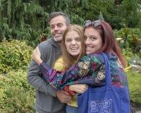 A família que levantam antes da exibição exterior no jardim, o jardim de Chihuly e o vidro no Seattle centram-se fotos de stock royalty free