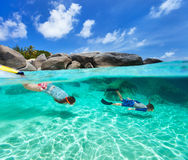 Família que mergulha na água tropical Fotografia de Stock