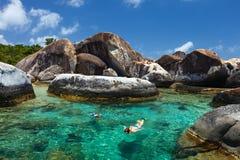 Família que mergulha na água tropical Imagem de Stock