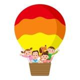 Família que monta um balão Imagens de Stock Royalty Free