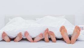Família que mostra seus pés Fotografia de Stock