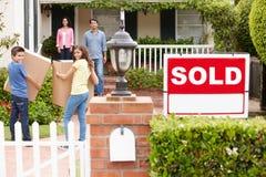 Família que move-se na HOME nova Foto de Stock
