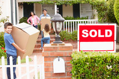 Família que move-se na HOME nova Imagens de Stock