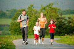 Família que movimenta-se ao ar livre Fotografia de Stock Royalty Free