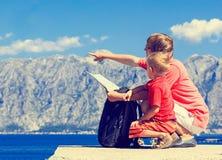 Família que olha o mapa em férias das montanhas Foto de Stock