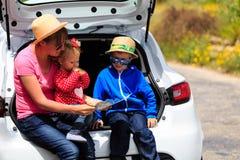 Família que olha o mapa quando curso pelo carro Fotografia de Stock Royalty Free