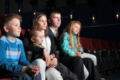 Família que olha um filme imagem de stock royalty free