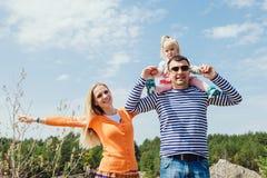 Família que passa o tempo junto fora Fotografia de Stock