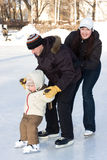 Família que patina na pista Foto de Stock Royalty Free