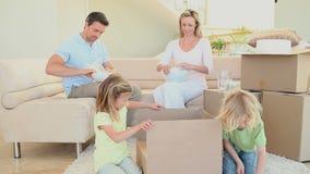 Família que prepara caixas para mover-se video estoque