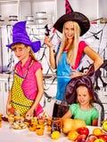 Família que prepara o alimento do Dia das Bruxas Imagem de Stock