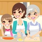 Família que prepara a pizza caseiro Fotografia de Stock