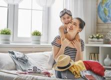 Família que prepara-se para a viagem Imagens de Stock Royalty Free