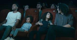 Família que presta atenção à tevê video estoque
