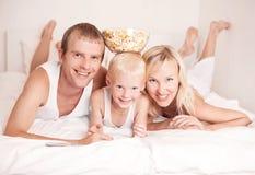 Família que presta atenção à tevê Foto de Stock