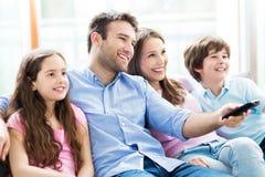 Família que presta atenção à tevê