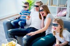 Família que presta atenção a um filme 3d Foto de Stock Royalty Free