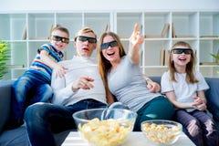 Família que presta atenção a um filme 3d Fotografia de Stock Royalty Free