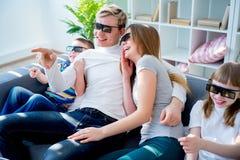 Família que presta atenção a um filme 3d Fotos de Stock Royalty Free