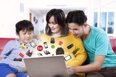 Família que procura produtos em linha imagem de stock