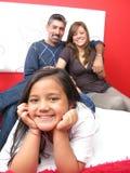 Família que reclina na cama foto de stock royalty free