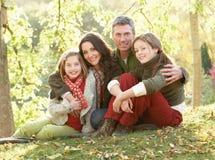 Família que relaxa ao ar livre na paisagem do outono imagens de stock
