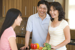 Família que ri ao preparar a refeição Foto de Stock Royalty Free