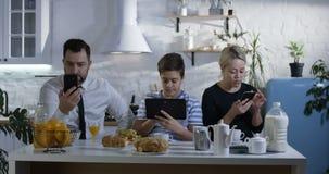 Família que senta-se na mesa de cozinha vídeos de arquivo