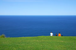 Família que senta-se no promontório Fotografia de Stock