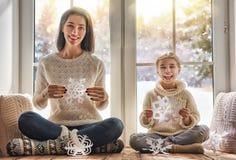 Família que senta-se pela janela imagem de stock royalty free