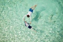 Família que snorkeling junto imagens de stock