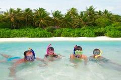 Família que snorkeling na água fotos de stock royalty free
