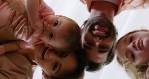 Família que sorri e que olha a câmera filme