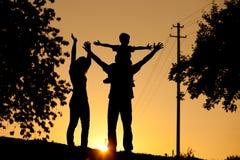Família que tem a caminhada no por do sol Imagens de Stock