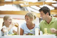 Família que tem o almoço junto na alameda Fotos de Stock Royalty Free