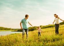 Família que tem o divertimento ao ar livre Fotos de Stock Royalty Free