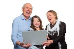 Família que tem o divertimento com caderno imagens de stock
