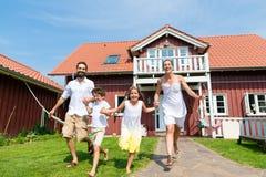 Família que tem o divertimento com sua casa ou casa nova Foto de Stock Royalty Free