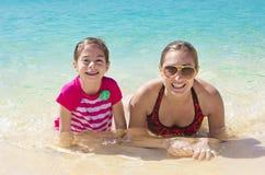 Família que tem o divertimento em umas férias tropicais do recurso Fotos de Stock