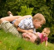 Família que tem o divertimento junto Foto de Stock Royalty Free