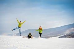 Família que tem o divertimento junto fora no inverno Fotografia de Stock