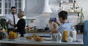 Família que tem o divertimento na cozinha video estoque