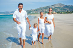 Família que tem o divertimento na praia Fotos de Stock