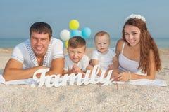 Família que tem o divertimento na praia Imagens de Stock