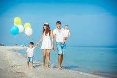 Família que tem o divertimento na praia Imagem de Stock Royalty Free