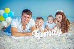 Família que tem o divertimento na praia Fotografia de Stock Royalty Free